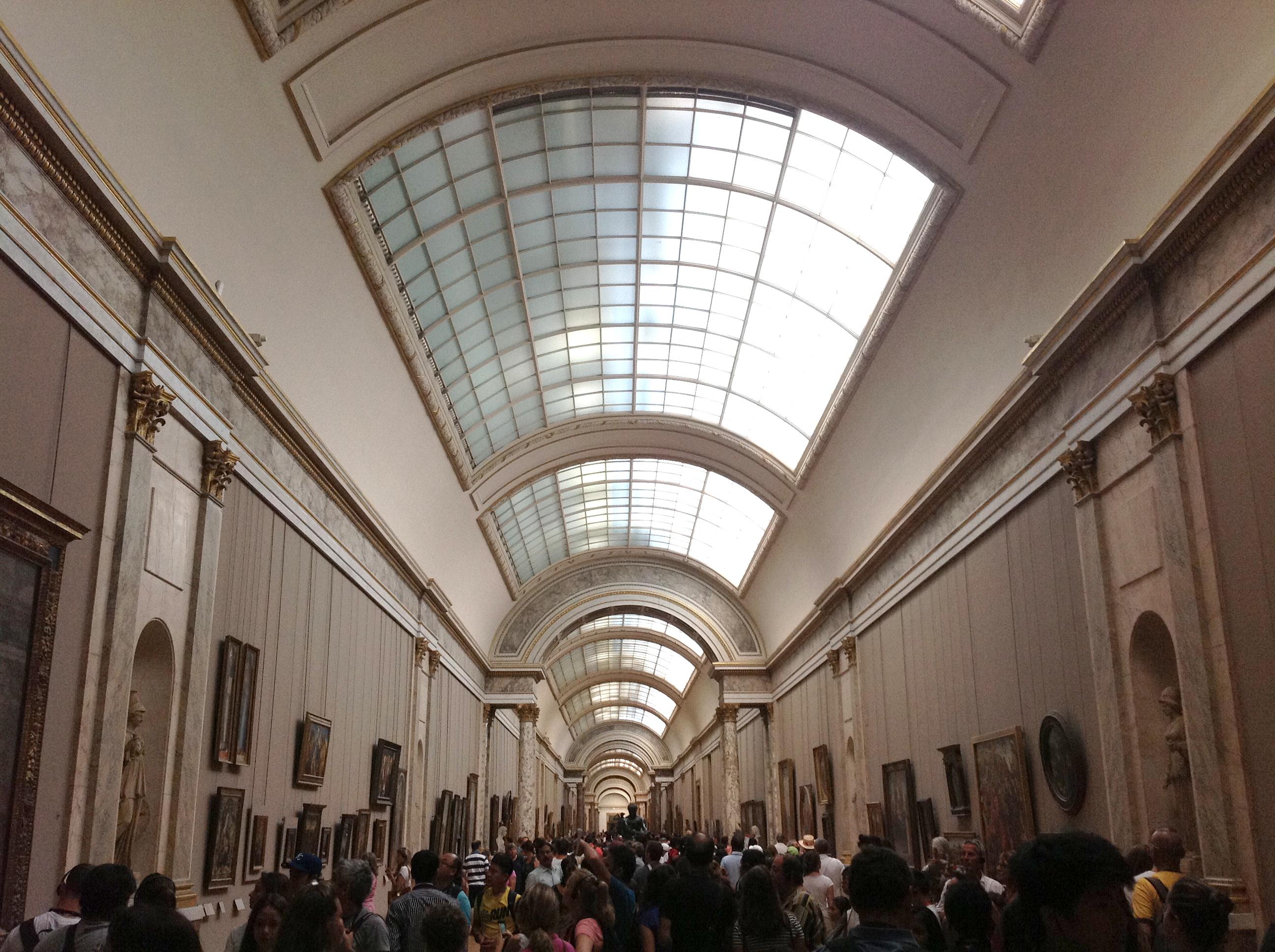 Público na Grande Galeria do Museu do Louvre. Agosto de 2013