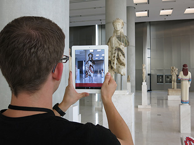 Foto promocional do projeto CHESS Augmented Reality at Digital Heritage 2013 na Galeria Arcaica do Museu da Acrópole em Atenas.