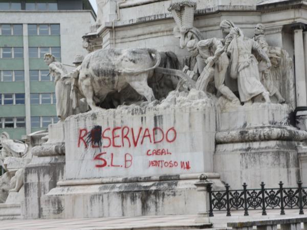 Grafiti no pedestal do monumento ao Marquês de Pombal, em Lisboa. Foto: Maisfutebol