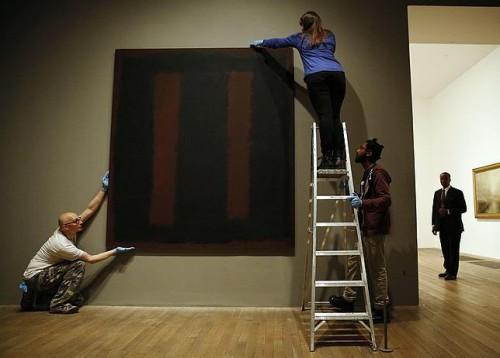 Recolocação da obra «Black on Maroon, 1958», de Mark Rothko, na Tate Modern de Londres