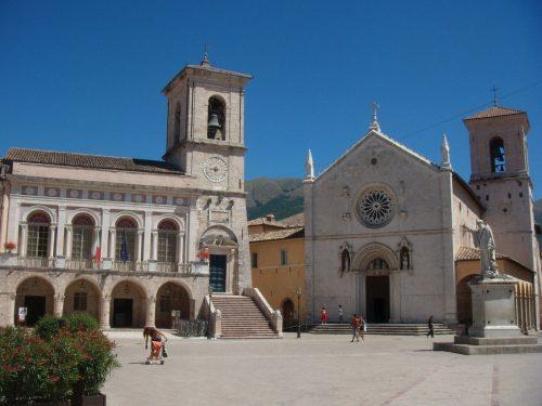 Praça e basílica di San Benedetto, Núrcia, antes do sismo de out. 2016
