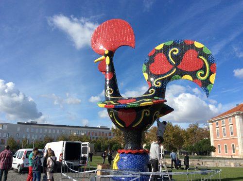 Instalação do Pop Galo na Ribeira das Naus, em Lisboa. Foto: MIR, 2016