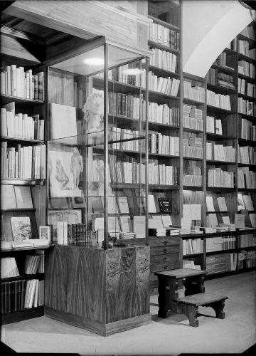 Interior da Livraria Buchholz:. exposição de obras de Hermann Haller e Renée Sintenis. Fotografia: Estúdio Mário Novais, posterior a 1943 Lisboa, Fundação Calouste Gulbenkian, Biblioteca de Arte [CFT003.040658]